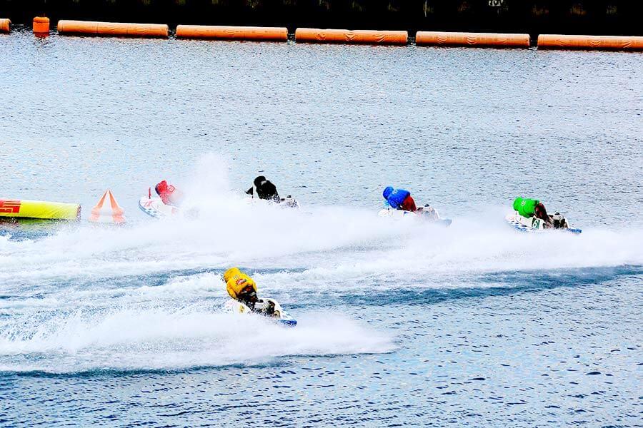 6艇でコースを3周する